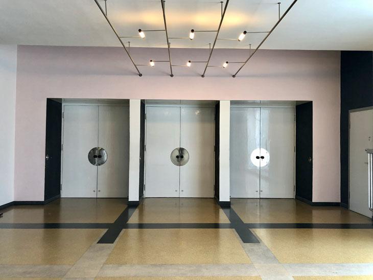 Oditoryum fuaye, kapı kolları Walter Gropius tarafından tasarlandı, hatta Bauhaus atölyelerinde Gropius tarafından tasarlanan ve seri üretilen bir tür kapı kulpunun gelmiş geçmiş ticari olarak en başarılı Bauhaus ürünü olduğu söylenebilir